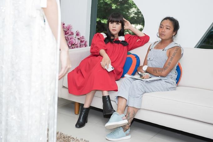 Á hậu Hà Thu thử váy dự show thời trang