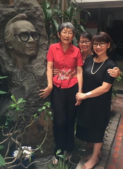 Michiko Yoshii bên tượng khắc chân dung Trịnh Công Sơn.