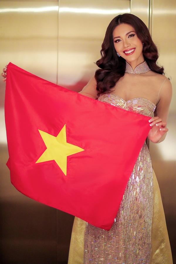 Minh Tu dien ao dai xuyen thau du tiec Hoa hau Sieu quoc gia