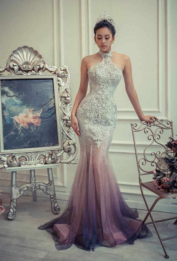 Hoa hậu Tiểu Vy diện váy dạ hội xẻ ngực sâu