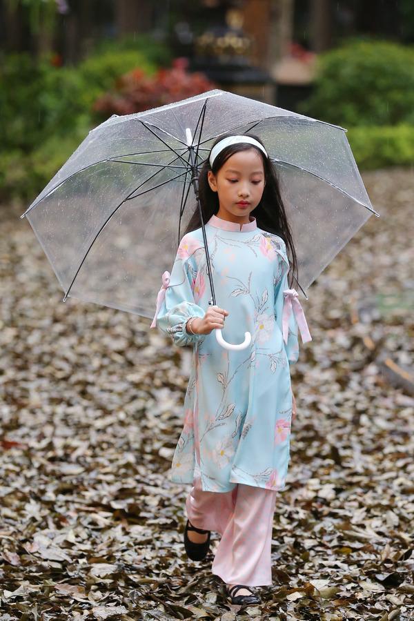 500 mẫu nhí catwalk trong mưa lạnh ở Hà Nội