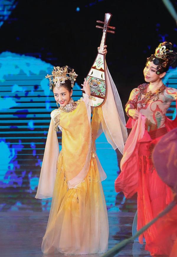 Mỹ nữ Tân Cương gây sốt với màn múa cùng đàn tỳ bà