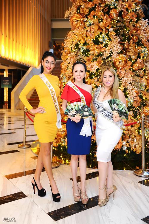 Chau Ngoc Bich tang quat giay cho thi sinh Mrs Universe 2018