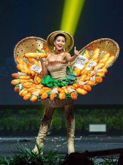 HHen Niê trình diễn bộ váy Bánh mỳ.