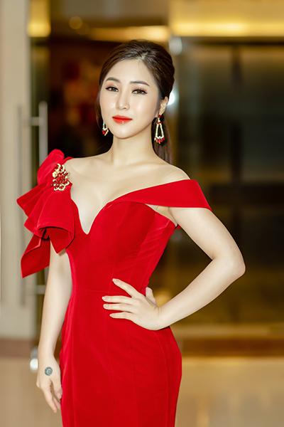Ca sĩ Hương Tràm diện trang phục gợi cảm tại họp báo.