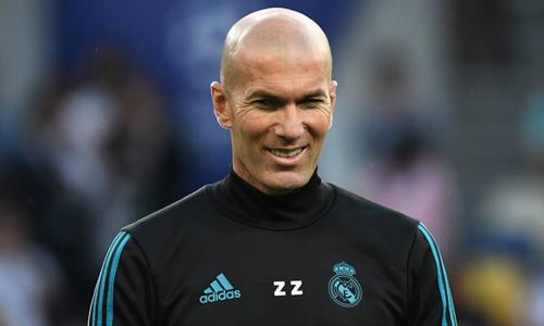 Zidane sinh năm 1972, là cựu đội trưởng tuyển quốc gia Pháp. Ôngtừng đưa đội tuyển Pháp lên ngôi vô địch World Cup lần đầu tiên năm 1998 và ngôi vô địch Euro năm 2000. Ở cấp câu lạc bộ, ôngtỏa sáng trong màu áo của Juventus và Real Madrid, giúp haicâu lạc bộ này giành nhiều danh hiệu ở châu Âu cũng như quốc gia.