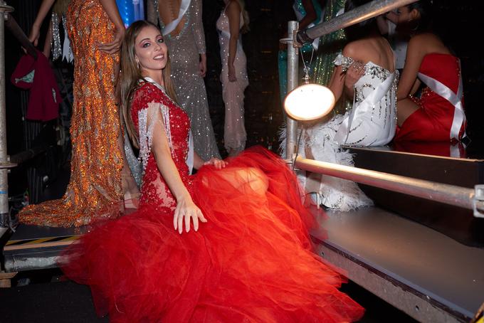 HHen Nie va dan nguoi dep o hau truong ban ket Miss Universe