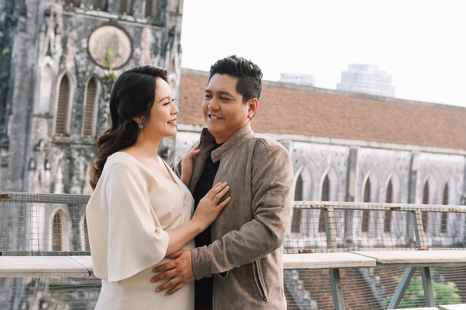 Thanh Thuy bung bau dao pho Ha Noi cung chong