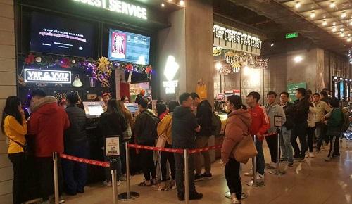 Khán giả xếp hàng mua vé xem phim ở một rạp tại Hà Nội trong ngày 13/12.