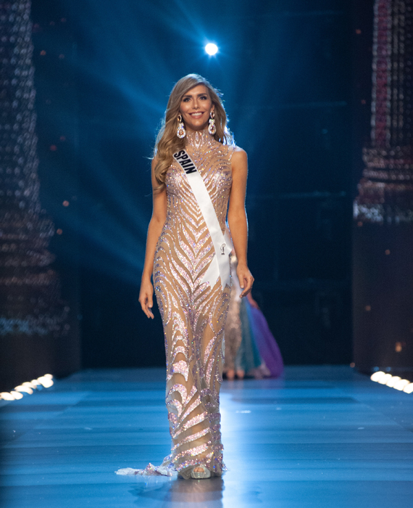 Angela Ponce - hoa hau chuyen gioi pha vo luat cua Miss Universe