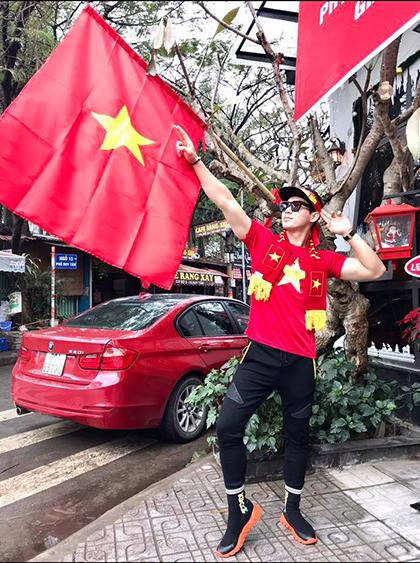 Hang tram sao Viet hat ra san co vu doi nha truoc chung ket AFF Cup