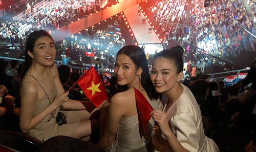 Dàn người đẹp xuất thân từ Hoa hậu Hoàn vũ: Lệ Hằng, Hoàng Thùy, Mâu Thủy (từ trái qua) trên khán đài.