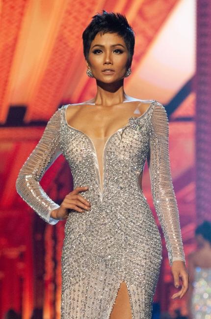 HHen Nie muon trang suc cua A hau Le Hang thi Miss Universe