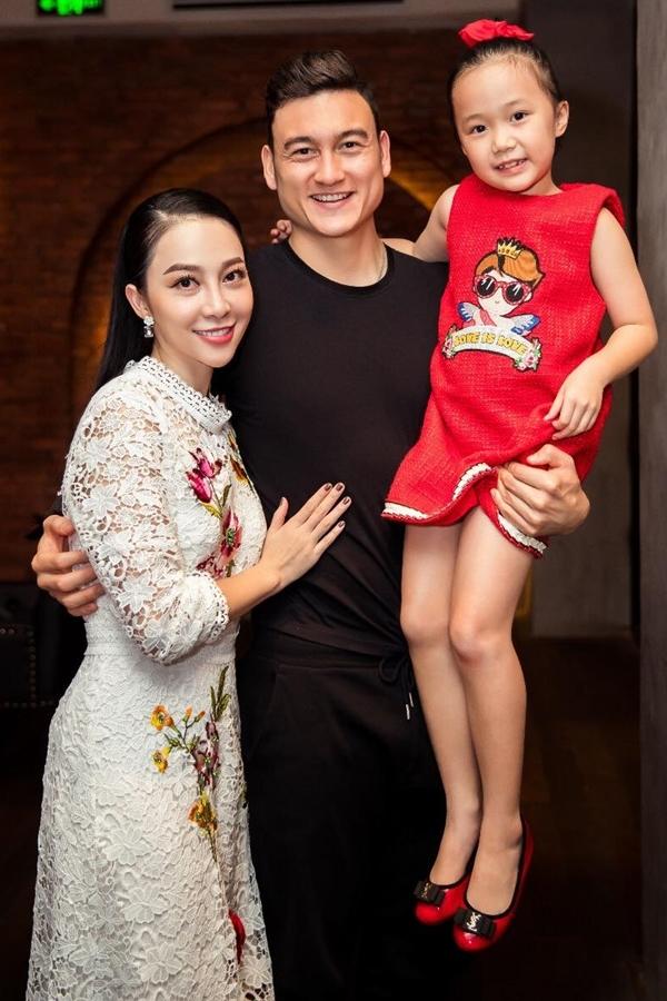 Thủ môn Văn Lâm quây quần bên gia đình sau chiến thắng ở AFF Cup