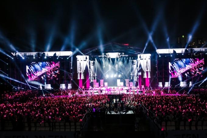 Hàng chục nghìn người hát cùng Đông Nhi ở liveshow 10 năm sự nghiệp