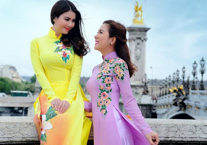 Kha Ly va em gai doanh nhan dien ao dai dao pho Paris