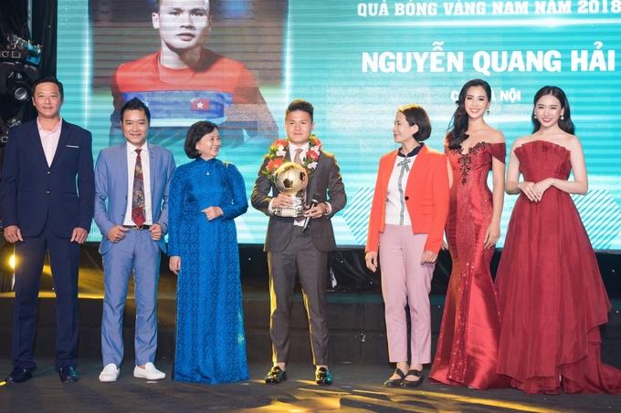 Hoa hau Tieu Vy nhan xet Quang Hai nghiem tuc lanh lung