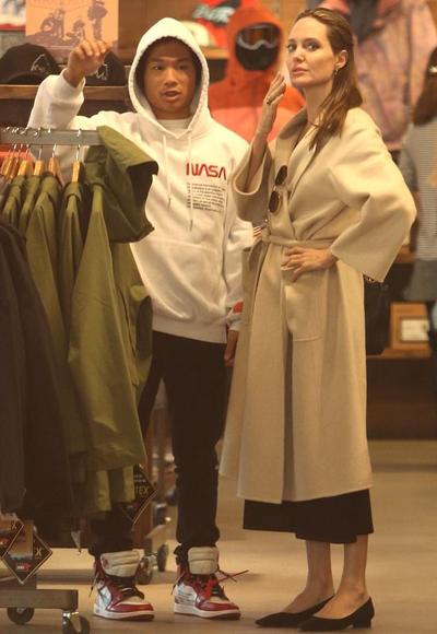 Pax Thien cung Angelina Jolie di mua qua Giang sinh