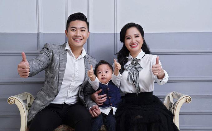 Con trai Quoc Co chup anh Giang sinh cung ong ba