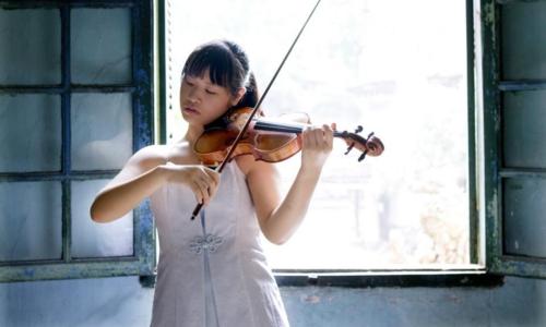 Tai nang violin 20 tuoi bieu dien chao nam moi o Ha Noi