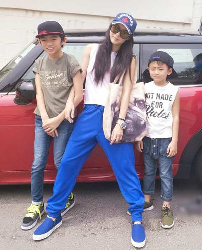 Bá Chi bên hai con với Tạ Đình Phong.