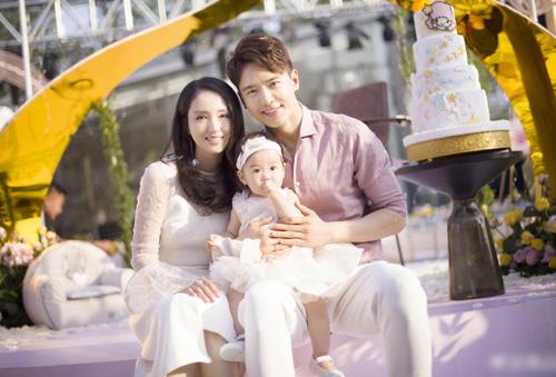 Cao Vân Tường bên vợ và con gái.