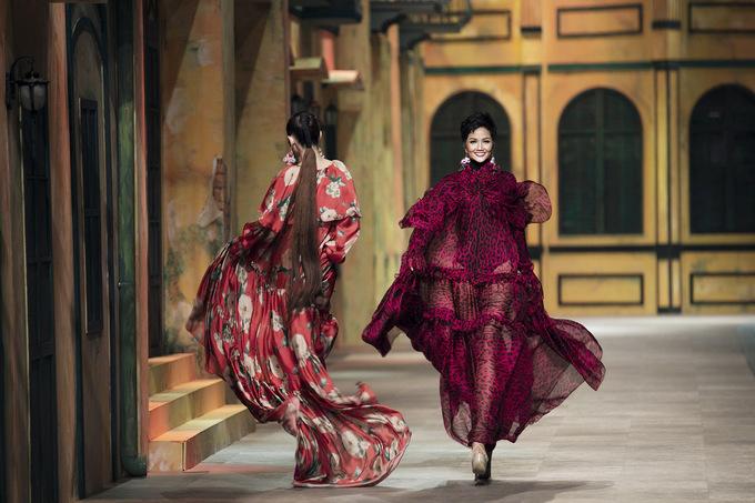 H'Hen Niê, Võ Hoàng Yến tung váy, xoay người khi chạm mặt trên sàn diễn