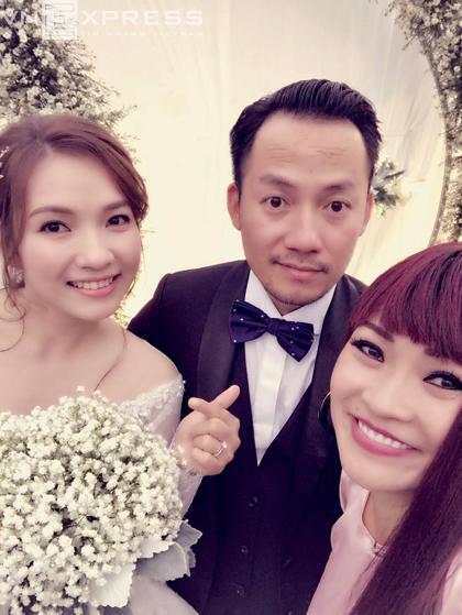 Ca sĩ Phương Thanh tham gia đoàn nhà trai rước dâu. Hiện chưa có thông tin tiệc cưới ở TP HCM.