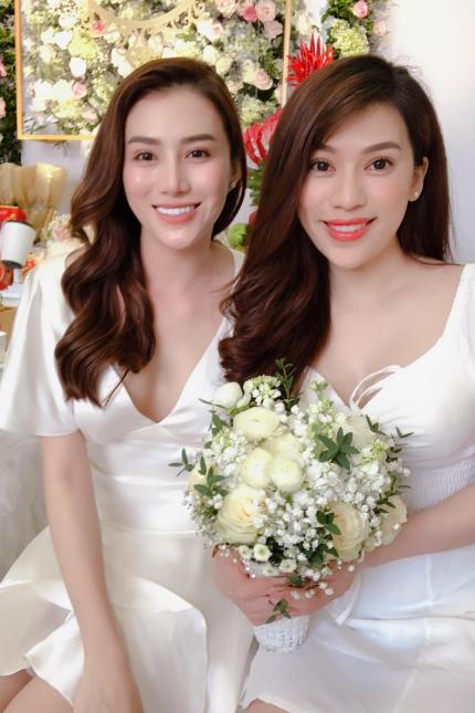 Lê Hà (trái) rạng rỡ trong ngày đính hôn.