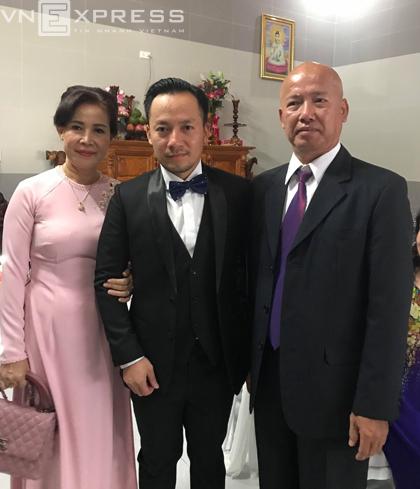 Tiến Đạt cùng đoàn nhà trai đi xe từ TP HCM đến nhà gái từ sáng 30/12. Trong ảnh,bố mẹ Tiến Đạt chụp cùng con trai trong lúc chờ làm lễ gia tiên.