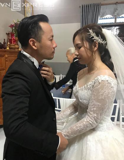 Cô dâu chú rể nắm tay nhau trước khi ra mắt hai họ.