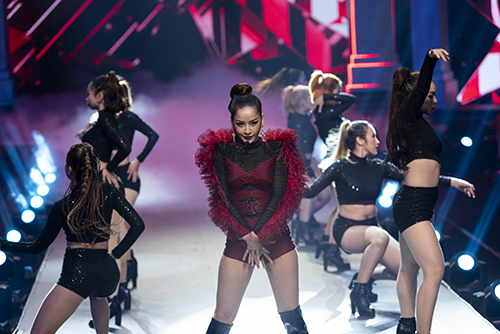 Chi Pu biểu diễn cùng vũ đoàn, khuấy động đêm chung kết.