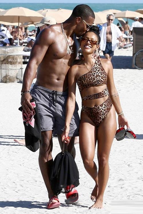 Nguòi mãu góc Viẹt diẹn bikini di choi cùng bạn trai