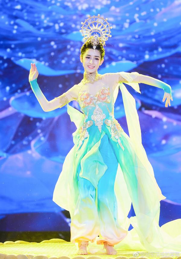'Tiên nữ' Tân Cương nhảy múa trong đêm hội năm mới