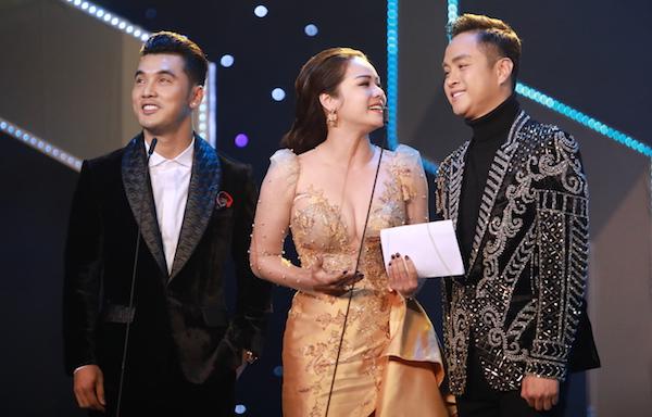 Từ trái qua: Ưng Hoàng Phúc, Nhật Kim Anh, Nhật Tinh Anh tung hứng khi trao giải.
