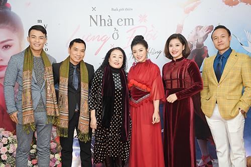 Ca sĩ Thu Hằng bên nghệ sĩ nhân dân Thu Hiền, đạo diễn Xuân Chung ở buổi họp báo hôm 2/1 tại Hà Nội.