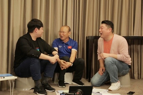 Từ trái qua: bình luận viên, HLV Park Hang Seo và MC Kang Ho Dong.