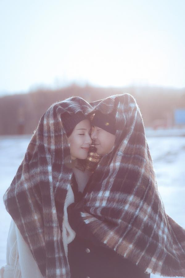 'A Châu' Lưu Đào hôn chồng trong trời tuyết