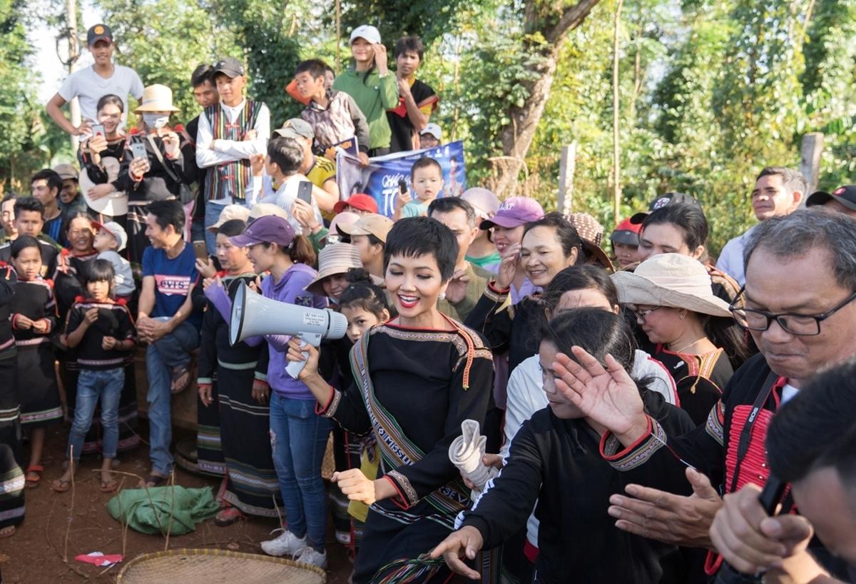 H'Hen Niê cười tít mắt bên trẻ em buôn làng