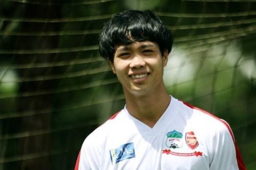 Kiểu đầu nấm lại mang lại diện mạo trẻ con, đáng yêu cho cầu thủ Hoàng Anh Gia Lai.