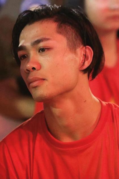 Từ trước tới nay, Công Phượng luôn được coi là cầu thủ điệu đà nhất đội. Tại giải U23 Châu Á cách đây một năm, anh khoe kiểu tóc dài lãng tử, nhuộm highlight vàng ở giữa đầu.
