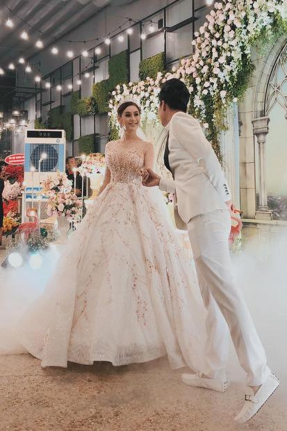Khánh chi và chồng diện trang phục cưới trong buổi tiệc .