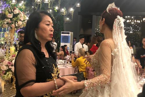 Mẹ chồng và Lâm Khánh Chi.