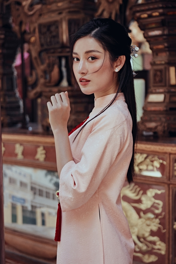 Á hậu Huyền My vãn cảnh chùa cổ Sài Gòn