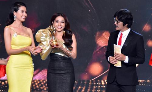 Diễn viên Khả Như (thứ hai từ trái sang) giành giải