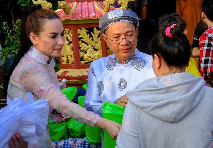 Phi Nhung, Trung Dân lì xì sớm cho khán giả miền Tây