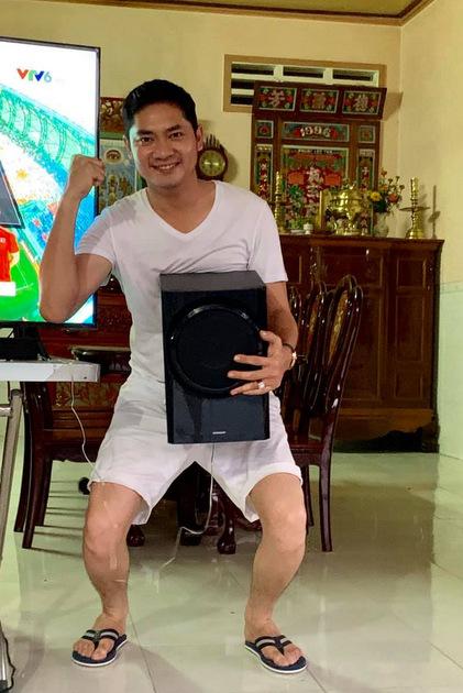 Minh Luân ôm loa chạy vòng vòng khắp nhà để thể hiện niềm vui sướng.