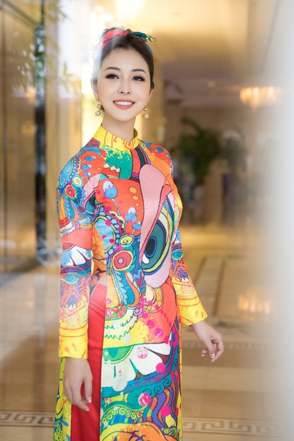 Jennifer Phạm tôn dáng 'gái ba con' với áo dài Tết
