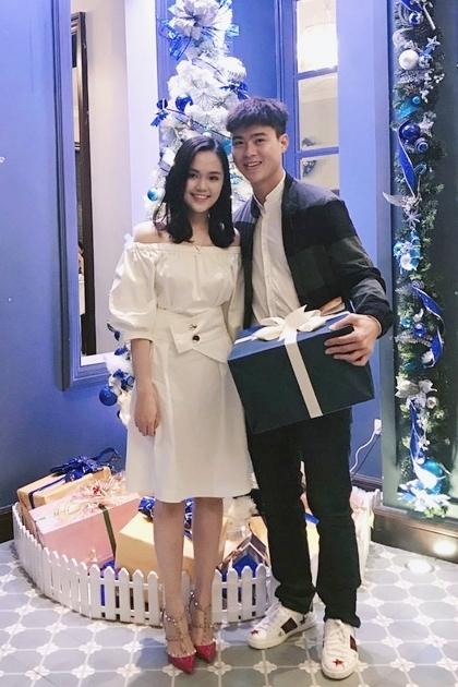 Quỳnh Anh phối váy trễ vai với giày đinh tán Valentino giá