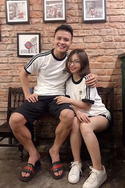 Tiền vệ Quang Hải và bạn gái hot girlNhật Lê gắn bó với nhau từ năm 2016 đến nay. Cả hai có sở thích post ảnh mặc đồ đôi.